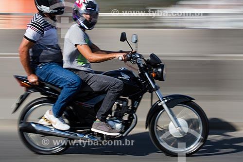 Motociclista transportando passageiro no Viaduto da Posse  - Nova Iguaçu - Rio de Janeiro (RJ) - Brasil