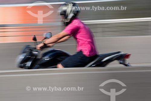 Motociclista no Viaduto da Posse  - Nova Iguaçu - Rio de Janeiro (RJ) - Brasil