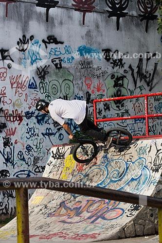 Manobra com bicicleta BMX na Pista de Skate da Via Light  - Nova Iguaçu - Rio de Janeiro (RJ) - Brasil