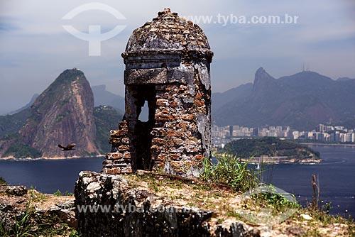 Ruínas de posto de observação no Forte de São Luís (1770) - também conhecido como Forte do Morro do Pico - com o Pão de Açúcar e o Cristo Redentor ao fundo  - Niterói - Rio de Janeiro (RJ) - Brasil