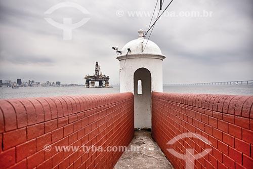 Posto de observação do Forte de São Domingos de Gragoatá (Século XVII) com plataforma de petróleo ao fundo  - Niterói - Rio de Janeiro (RJ) - Brasil