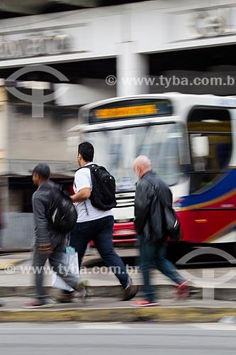 Homens passando em frente a ônibus no Terminal Rodoviário Coronel Américo Fontenelle   - Rio de Janeiro - Rio de Janeiro (RJ) - Brasil