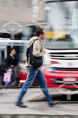 Homem passando em frente a ônibus no Terminal Rodoviário Coronel Américo Fontenelle   - Rio de Janeiro - Rio de Janeiro (RJ) - Brasil