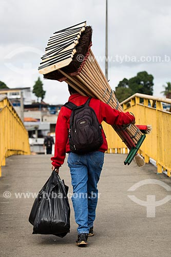 Vendedor ambulante carregando vassouras e rodos na passarela sobre a Rodovia Presidente Dutra na altura do km 05  - Mesquita - Rio de Janeiro (RJ) - Brasil