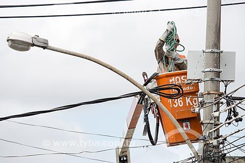 Operários da Light fazendo manutenção da rede elétrica  - São João de Meriti - Rio de Janeiro (RJ) - Brasil
