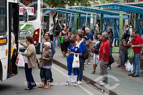 Ponto de ônibus próximo à Praça Getúlio Vargas   - São João de Meriti - Rio de Janeiro (RJ) - Brasil