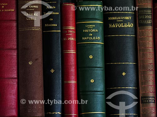 Detalhe de lombadas de livros  - São Francisco de Paula - Rio Grande do Sul (RS) - Brasil