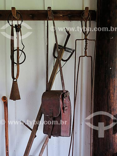 Ferramentas dos campeiros (sinete, espeto, bolsa de couro e bengala) em casa de campo  - São Francisco de Paula - Rio Grande do Sul (RS) - Brasil