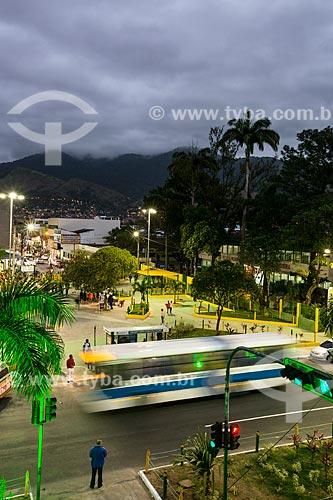 Vista noturna da Praça da Revolução próximo a Estação de trem de Edson Passos   - Mesquita - Rio de Janeiro (RJ) - Brasil