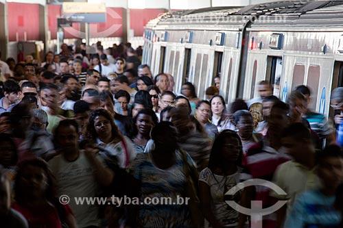 Pessoas desembarcando na Estação Pavuna do Metrô Rio  - Rio de Janeiro - Rio de Janeiro (RJ) - Brasil
