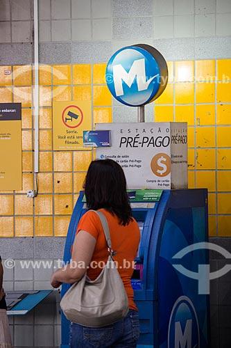 Mulher fazendo recarga do bilhete MetrôRio em Terminal de autoatendimento da Estação de Metrô da Pavuna  - Rio de Janeiro - Rio de Janeiro (RJ) - Brasil