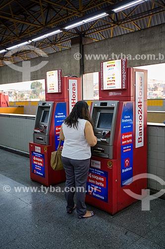 Mulher usando caixa eletrônico na Estação Pavuna do Metrô Rio  - Rio de Janeiro - Rio de Janeiro (RJ) - Brasil