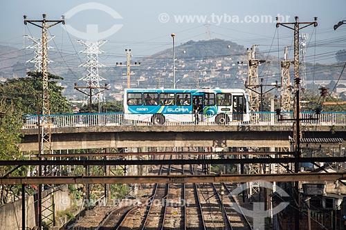 Ônibus cruzando a Linha de trem no Viaduto Reverendo João Musch  - Nova Iguaçu - Rio de Janeiro (RJ) - Brasil