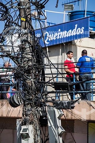 Rede elétrica e ao fundo Estação de trem em Queimados    - Queimados - Rio de Janeiro (RJ) - Brasil