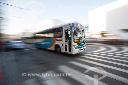 Ônibus passando sobre a faixa de pedestre e ao fundo Biblioteca Municipal Governador Leonel de Moura Brizola - Centro Cultural Oscar Niemeyer  - Duque de Caxias - Rio de Janeiro (RJ) - Brasil