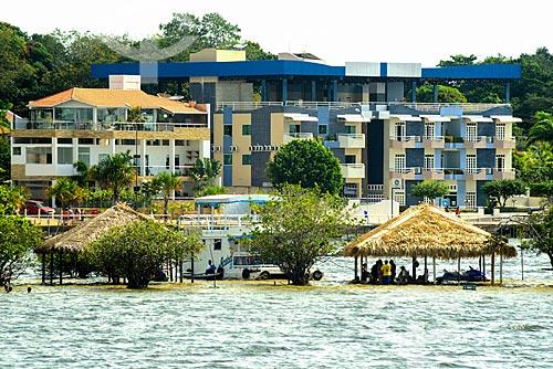 Quiosques na Praia de Alter-do-Chão com prédios ao fundo  - Santarém - Pará (PA) - Brasil