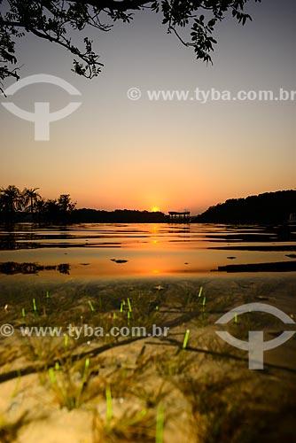 Pôr do sol no Rio Tapajós - com a água límpida deixando o fundo do rio visível  - Itaituba - Pará (PA) - Brasil