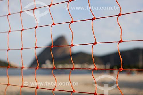 Vista do Pão de Açúcar através de rede de voleibol na Praia do Flamengo  - Rio de Janeiro - Rio de Janeiro (RJ) - Brasil