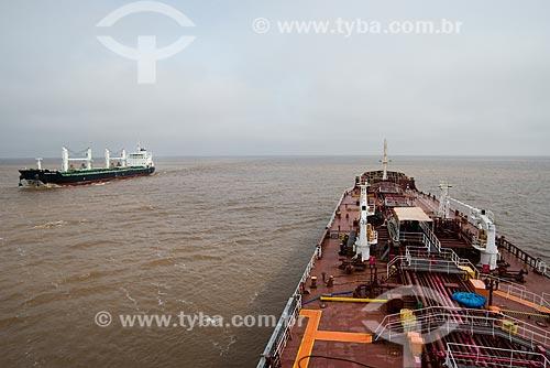 Navio petroleiro e navio graneleiro no canal de Mar del Plata  - Mar Del Plata - Buenos Aires - Argentina