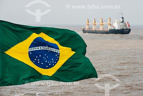 Bandeira brasileira de navio mercante e navio graneleiro no canal de Mar del Plata  - Mar Del Plata - Buenos Aires - Argentina