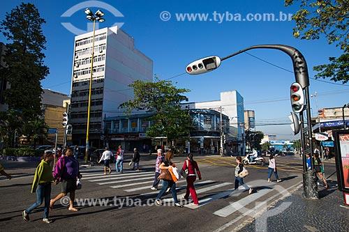 Pedestres na esquina da Rua Paulo Lins com a Rua Major Frazão  - Duque de Caxias - Rio de Janeiro (RJ) - Brasil