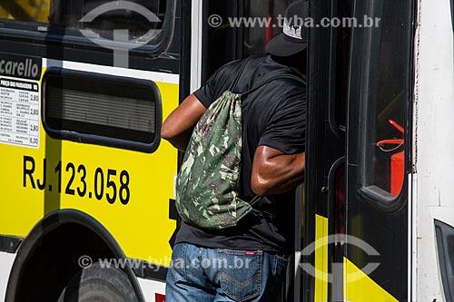 Passageiro na Rodoviaria do Shopping Center de Caxias  - Duque de Caxias - Rio de Janeiro (RJ) - Brasil