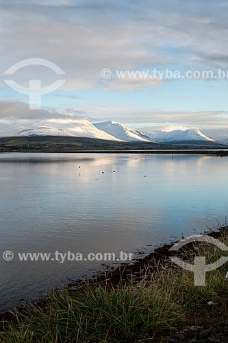 Vista de lago próximo à cidade de Akureyri  - Akureyri - Northeastern Region - Islândia