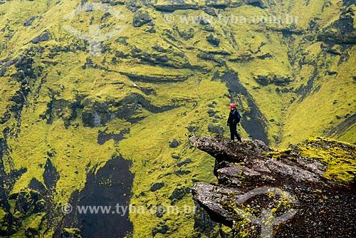 Mulher observando a paisagem durante trekking na região da vila Vík í Mýrdal  - Southern Region - Islândia