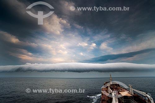 Navio Maísa no litoral de Santa Catarina com nuvem tubular ao fundo  - Santa Catarina (SC) - Brasil