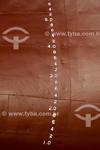 Detalhe da marcação de calado no costado do Navio Maísa durante reparo no Estaleiro Tandanor  - Buenos Aires - Província de Buenos Aires - Argentina