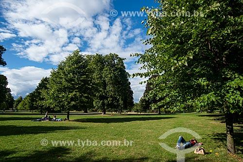 Pessoas deitadas na grama do Hyde Park  - Londres - Grande Londres - Inglaterra