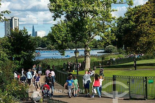 Pessoas passeando no Hyde Park  - Londres - Grande Londres - Inglaterra