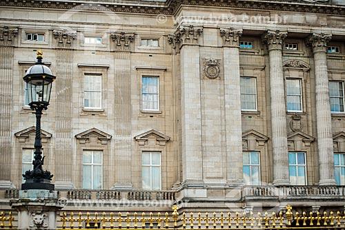 Detalhe da fachada do Palácio de Buckingham (1703) - residência oficial da monarquia do Reino Unido  - Londres - Grande Londres - Inglaterra