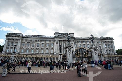 Turistas no Palácio de Buckingham (1703) - residência oficial da monarquia do Reino Unido  - Londres - Grande Londres - Inglaterra
