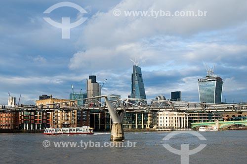 Vista da Millennium Bridge (Ponte do Milênio) sobre o Rio Tâmisa  - Londres - Grande Londres - Inglaterra