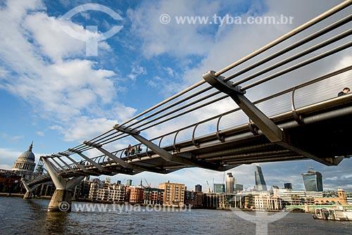 Vista da Millennium Bridge (Ponte do Milênio) sobre o Rio Tâmisa com a St Paul Cathedral (Catedral de São Paulo, o Apóstolo) ao fundo  - Londres - Grande Londres - Inglaterra