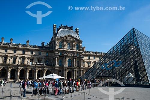 Pirâmide do Louvre (1989) no pátio principal do Palais du Louvre (Palácio do Louvre) com o Musée du Louvre (Museu do Louvre) ao fundo  - Paris - Paris - França