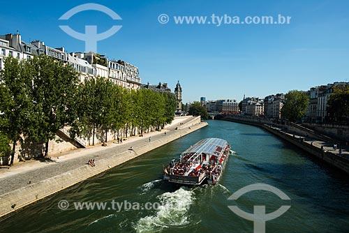 Bateau-mouche em passeio turístico no Rio Sena  - Paris - Paris - França