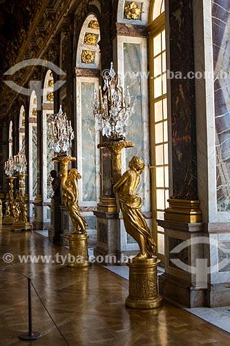 Estátuas no interior da Galeria dos Espelhos no Château de Versailles (Palácio de Versalhes) - residência oficial da monarquia da Francesa entre os anos de 1682 a 1789  - Versalhes - Yvelines - França