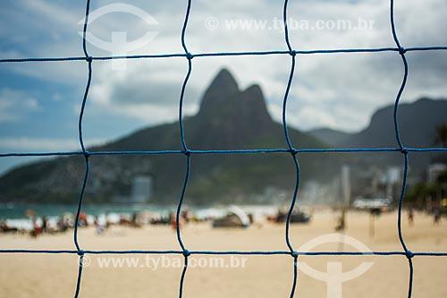 Vista do Morro Dois Irmãos através de rede de voleibol na Praia de Ipanema  - Rio de Janeiro - Rio de Janeiro (RJ) - Brasil