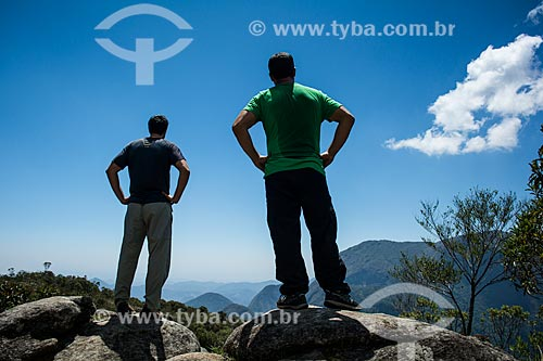 Homens no Mirante do Ajax durante a Trilha do Morro do Açu no Parque Nacional da Serra dos Órgãos  - Petrópolis - Rio de Janeiro (RJ) - Brasil