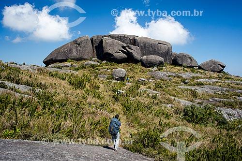 Homem no cume do Morro do Açu com as formações rochosas conhecida com Castelos do Açu ao fundo  - Petrópolis - Rio de Janeiro (RJ) - Brasil