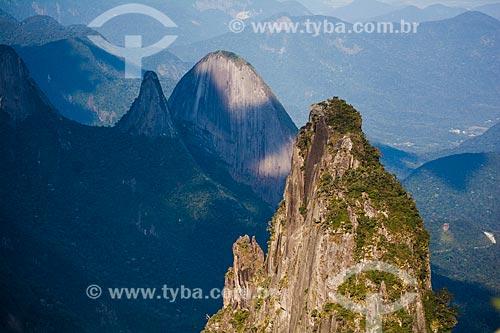Vista do Morro do Cavalo Branco com os picos do Dedo de Nossa Senhora e Escalavrado ao fundo a partir do mirante conhecido como Portais de Hércules  - Petrópolis - Rio de Janeiro (RJ) - Brasil