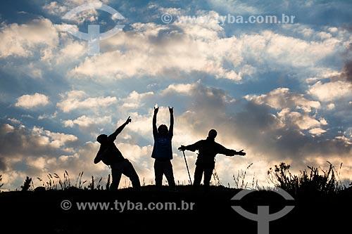 Homens na trilha do mirante conhecido como Portais de Hércules para o Morro do Açu no Parque Nacional da Serra dos Órgãos  - Petrópolis - Rio de Janeiro (RJ) - Brasil