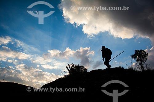 Homem na trilha do mirante conhecido como Portais de Hércules para o Morro do Açu no Parque Nacional da Serra dos Órgãos  - Petrópolis - Rio de Janeiro (RJ) - Brasil
