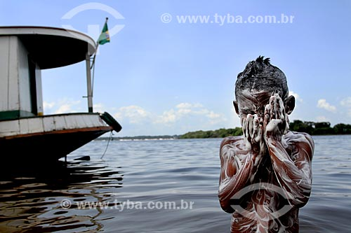 Criança ribeirinha tomando banho às margens do Rio Maués-Açu  - Maués - Amazonas (AM) - Brasil