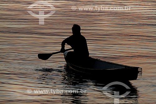 Criança ribeirinha em uma canoa no Rio Maués-Açu  - Maués - Amazonas (AM) - Brasil