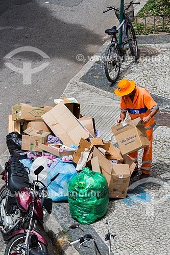 Gari separando o lixo próximo a Praça Luís de Camões  - Rio de Janeiro - Rio de Janeiro (RJ) - Brasil