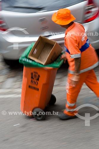 Gari levando uma lixeira próximo a Praça Luís de Camões  - Rio de Janeiro - Rio de Janeiro (RJ) - Brasil