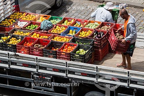 Homens carregando frutas e legumes na carroceria de caminhão após a feira de alimentos orgânicos da Praça Luís de Camões  - Rio de Janeiro - Rio de Janeiro (RJ) - Brasil